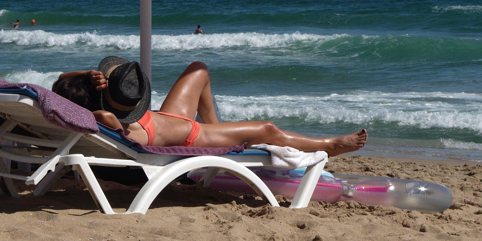 A napozás csökkenti a vérnyomást, de nem csak a meleg révén