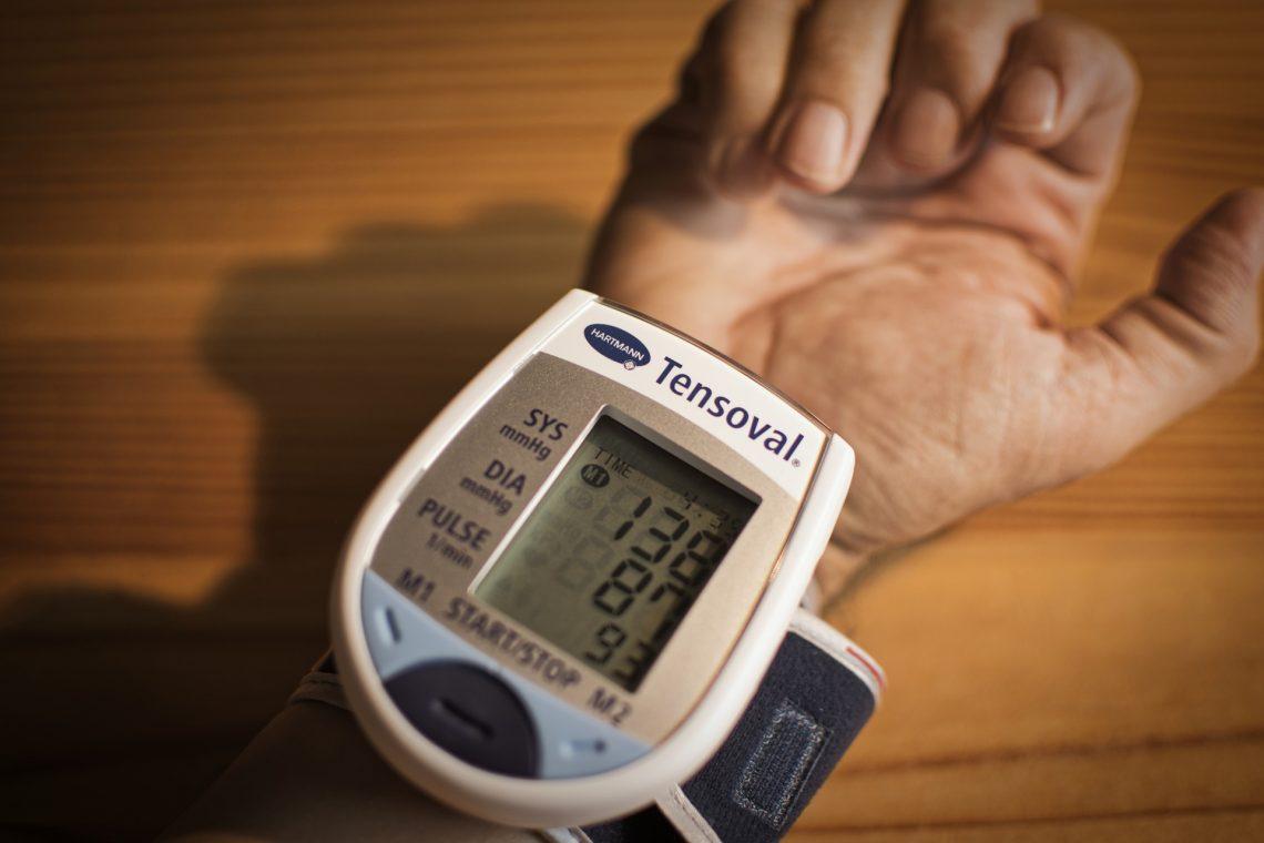 egy személynek hat ujja van és magas a vérnyomása
